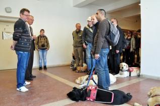 Baráthegyi Vakvezető Kutyások látogattak a Miskolci Egyetemre