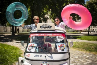 Úszógumis zenészek gerilláskodtak a belvárosban